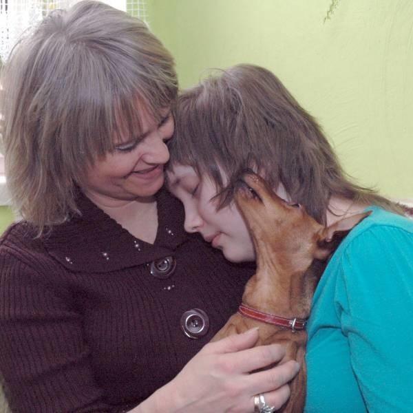 Paulina z mamą i Perełką. Wszyscy są przekonani, że to suczka pomogła Paulinie wrócić. Tak się przytulała, tak lizała, że ją w końcu obudziła.