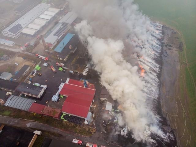 Pożar, który wybuchł w Raciniewie 13 listopada, objął 12 tys. m kwadratowych. Płonęły opony ułożone w stosach sięgających wysokości 5 metrów