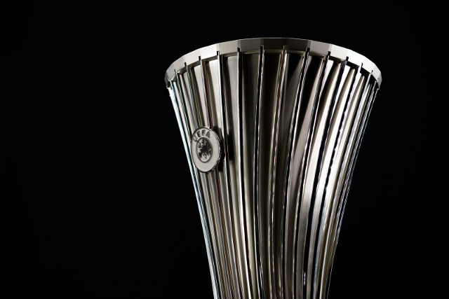 Trofeum, które wywalczy zwycięzca Ligi Konferencji Europy. Mierzy ono 57,5 cm i waży 11 kg