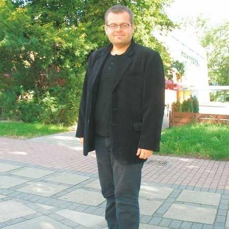 Bartek Adamczak ma 32 lata. Działacz kulturalny, prowadzi zajęcia teatralne, plastyczne i literackie w Miejskim Ośrodku Kultury w Głogowie. Jest także didżejem w Radiu Plus Głogów. Zawodowo zajmuje się konferansjerką.