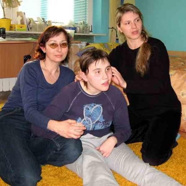 - Lekarze dawali Pauli 1 proc. szans na przeżycie. Z lewej Anna Cendrowska, nauczycielka Pauli, z prawej jej mama Magdalena Andreasik.