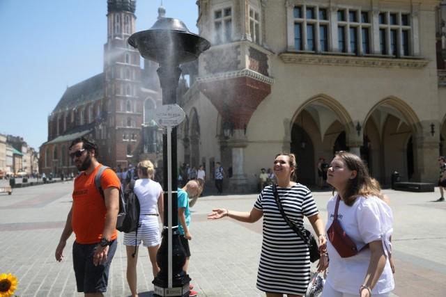 W upalne dni mieszkańcy i turyści w Krakowie mogą korzystać z ustawionych w wybranych miejscach kurtyn wodnych.