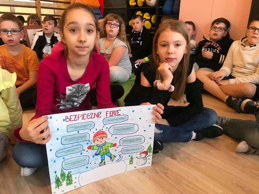 Ostrołęka. Bezpieczne ferie w Szkole Podstawowej nr 2. Uczniowie spotkali się z policjantami