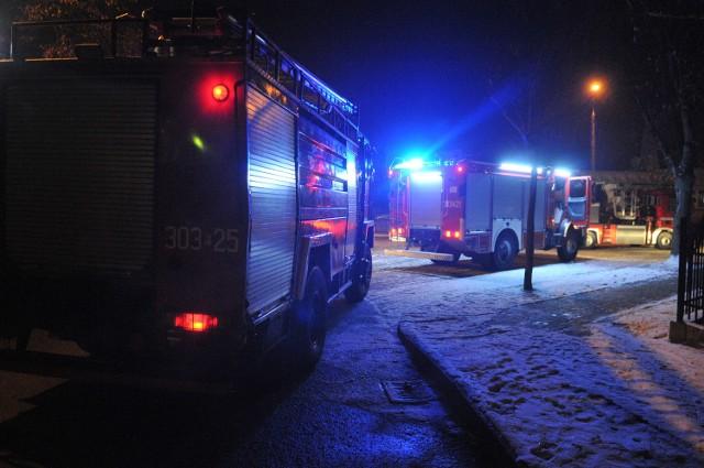 Trzy jednostki straży przyjechały do pożaru, który wybuchł w Kostrzynie nad Odrą przy ul. Bolesława Chrobrego. Zapalił się komin.O pożarze, który wybuchł około godziny 19.00 przy ul. Bolesława Chrobrego w Kostrzynie, powiadomiło nas kilku Czytelników. Na miejsce przyjechały trzy jednostki straży pożarnej, w tym samochód wyposażony w podnośnik. Okazało się, że pali się sadza zgromadzona w przewodzie kominowym. - W pożarze nikt nie ucierpiał, udało się go ugasić - mówi dyżurny Komendy Wojewódzkiej Państwowej Straży Pożarnej w Gorzowie Wlkp.Pożary kominów to w naszym regionie w okresie zimowym istna plaga. Łatwo ich uniknąć. Wystarczy regularnie wzywać kominiarza, który usunie sadzę, zgromadzoną w przewodach kominowych. Strażacy podkreślają, że jeśli już dojdzie do pożaru, może on mieć bardzo poważne skutki. Bywało, że w ich wyniku zapaleniu ulegał dach, albo w budynkach pękały ściany, przez co później potrzeby był gruntowny remont.Czytaj więcej o Kostrzynie nad Odrą:  Kostrzyn nad Odrą - informacje, wydarzenia, artukuły