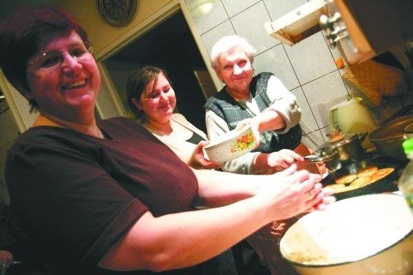 Wczoraj wieczorem najważniejszym miejscem w domu państwa Jurczuków była kuchnia. Tu panie przez wiele godzin przygotowywały wigilijne potrawy. - Na patelni smażą się właśnie rybne placuszki - mówi Maria Jurczuk (od lewej). Obok córka Julka i mama Wiera.