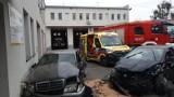 Wypadek na terenie straży pożarnej w Strykowie. Samochód wjechał na dziedziniec i uszkodził auta strażaków