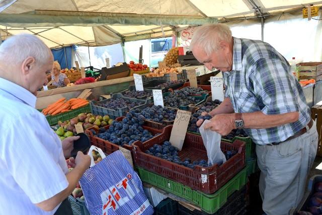 Pan Kazimierz z Chmielnika na kieleckim targu sprzedaje owoce i warzywa. - W tym roku są one wyjątkowo tanie - mówi.   Przejdź do następnego slajdu i poznaj ceny owoców i warzyw >>>