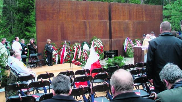 Puste krzesła, zarezerwowane dla prezydenta i jego gości, pozostaną w pamięci uczestników katyńskich obchodów na długo