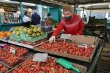 Sezon na polskie truskawki wystartował, owoców jest dużo, ale ceny niskie nie są
