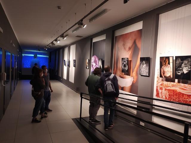 """Na """"Lęg"""" składa się cykl fotografii. Tomasz Tyndyk robił je podczas grania w spektaklach, portretował również swoich scenicznych partnerów i przyjaciół z życia prywatnego."""