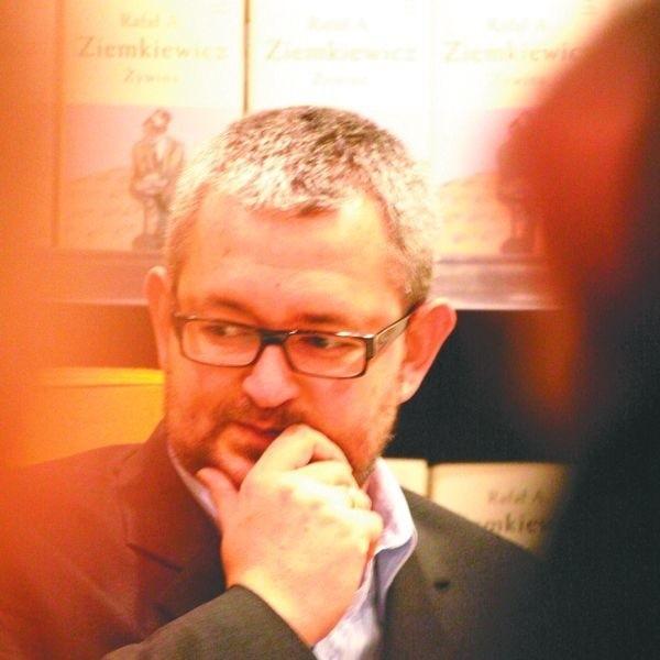 Rafał Ziemkiewicz poproszony o ocenę stanu polskiej literatury współczesnej, wymijająco odpowiedział: - Ja piszę najlepiej.