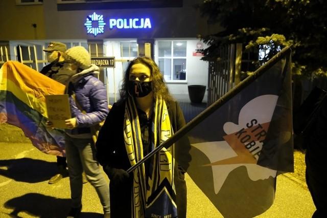 W środę (25 listopada) o godz. 18 członkowie i sympatycy Komitetu Obrony Demokracji protestowali na Rynku Staromiejskim w Toruniu przeciw próbom wyprowadzenia Polski z Unii Europejskiej oraz przeciw brutalności policji interweniującej podczas organizowanych ostatnio w kraju protestów. Przed Komendą Miejską Policji pikietę w tej samej sprawie zorganizowali również przedstawiciele Partii Razem. Zobaczcie zdjęcie z obu demonstracji!