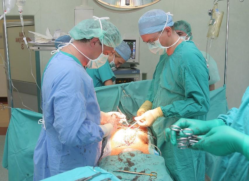 Zespól prof. Piotra Gutowskiego ratuje pacjenta z poważnym urazem naczyń. Operują doc. Miłosław Cnotliwy i dr Radosław Turowski.