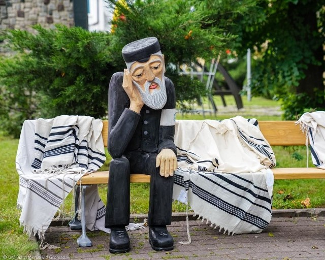 Wielka Synagoga w Białymstoku została spalona przez Niemców 79 lat temu. W rocznicę odsłonięto rzeźbę Żyda samotnie siedzącego na ławce