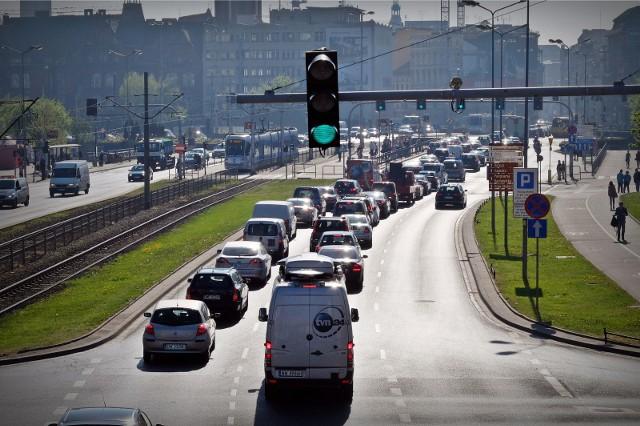Na kierowców i pieszych czeka kilka przełomowych rozwiązań, które rząd chce wprowadzić w życie w 2021 roku. Nie znamy jeszcze terminu wprowadzenia wszystkich przepisów. Oto co może się zmienić. ZOBACZ NA KOLEJNYCH SLAJDACH >>>