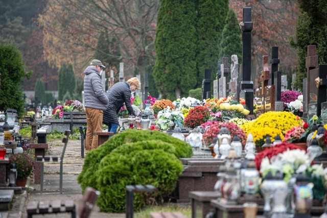 Przygotowaliśmy dla Was prognozę pogody na Wszystkich świętych i dni poprzedzające 1 listopada. Zobaczcie jak zaplanować wizytę na cmentarzu. Czy będzie padać? A może szykuje się mroźny atak zimy? Czy może powinniśmy spodziewać się pięknej złotej jesieni? Szczegóły na kolejnych zdjęciach >>>>