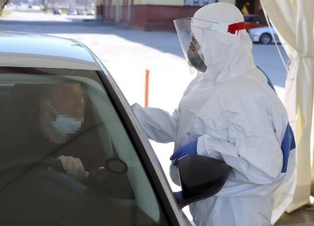 W tym zakładzie wykryto 60 zakażeń koronawirusem. Dziś ruszają masowe badania pracowników. Testami objętych zostanie 1200 osób!CZYTAJ DALEJ NA NASTĘPNYM SLAJDZIE