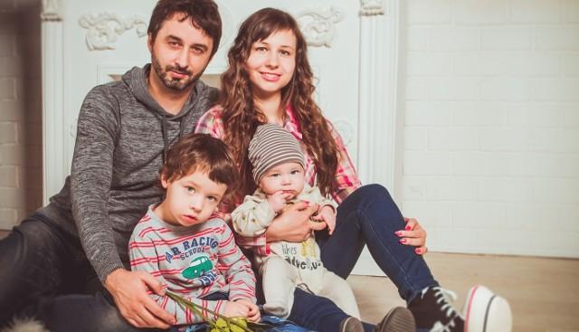 Po przyjściu na świat dziecka młodzi rodzice - pracownicy polskich spółek PMI - mogą pracować na pół etatu, zachowując prawo do pełnego wynagrodzenia. Teraz, w ramach rozbudowanej drugiej odsłony programu koncern postanowił silniej wesprzeć, zwłaszcza młodych ojców: podjęcie przez nich decyzji o urlopie ojcowskim będzie znacznie łatwiejsze niż dotychczas, albowiem będą mogli skorzystać z dopłaty do 100 proc. wynagrodzenia przez pełne osiem tygodni.