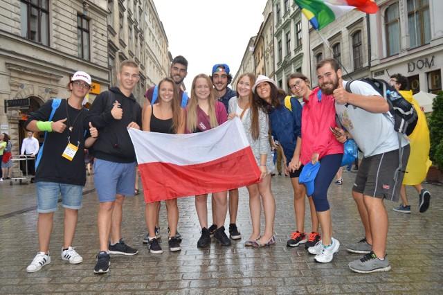 Z flagą Polski (w środku, od lewej): Krzysiek, Zuzia, Kasia i Roksana z okolic Chrzanowa. Do zdjęcia dołączyli roześmiani włoscy pielgrzymi