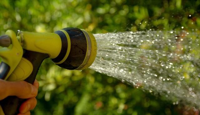 """Podlewanie ogroduPrzy problemach z wodą władze gminy mają prawo wprowadzić ograniczenia w używaniu jej do celów innych niż """"socjalno-bytowe""""."""