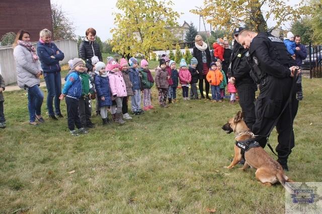 Policjanci rozmawiali z dziećmi  w wieku 4,5 i 6 lat o bezpieczeństwie, zwłaszcza o bezpiecznym poruszaniu się na drogach.