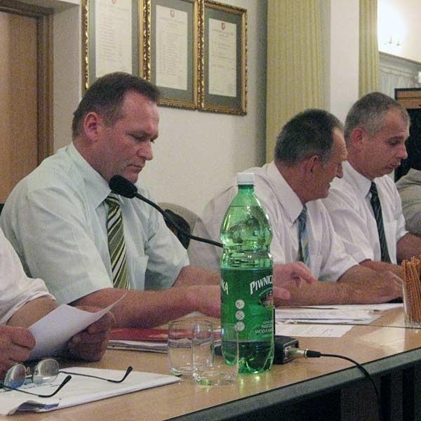 Roman Iwasieczko (pierwszy z lewej) jest skazany, ale mimo to wciąż sprawuje obowiązki radnego.