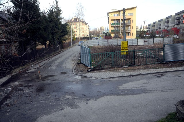 Według mieszkańców, ogrodzenie ustawione na rogu ulic Żaka i Storczykowej stwarza zagrożenie dla pieszych oraz kierowców