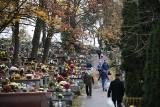 Krakowianie nadrabiają świąteczne odwiedziny na cmentarzach. A sprzedawcy chryzantem i zniczy - handlowe zaległości