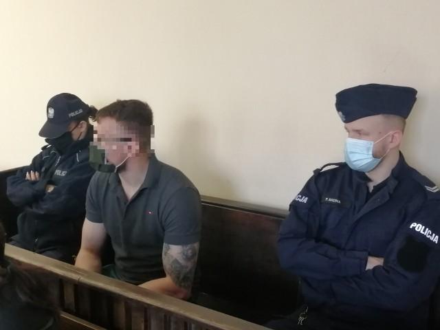 Proces dwóch pseudokibiców, oskarżonych o udział w bojówce Widzewa i w krwawej bijatyce zwanej ustawką, zakończył się we wtorek 6 kwietnia w Sądzie Okręgowym w Łodzi. Prokurator zażądał dla nich kar więzienia. CZYTAJ DALEJ NA KOLEJNYM SLAJDZIE>>>>