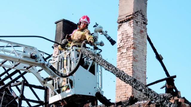 W piątek, 7 sierpnia 2020 r. wybuchł pożar w jednym z budynków w Przybymierzu w gminie Nowogród Bobrzański. Strażaków zaalarmowano około godz. 5.00. Na miejsce przyjechało osiem jednostek straży pożarnej. Dwóm domownikom udało się uciec z płonącego domu. Niestety, przebywający w budynku dwaj inni mężczyźni zginęli na miejscu. Prawdopodobnie na skutek zaczadzenia. Akcję gaśniczą sfotografował starszy kapitan Arkadiusz Kaniak, rzecznik prasowy Komendy Miejskiej Państwowej Straży Pożarnej w Zielonej Górze. Pożar budynku w Przybymierzu w gminie Nowogród Bobrzański