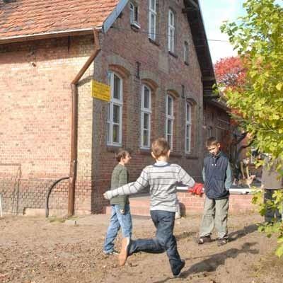 Szkoła mieści się w dwóch charakterystycznych budynkach z czerwonej cegły w centrum wsi, na których widać daty z początku XX w. Obiekty wciąż wymagają remontu.