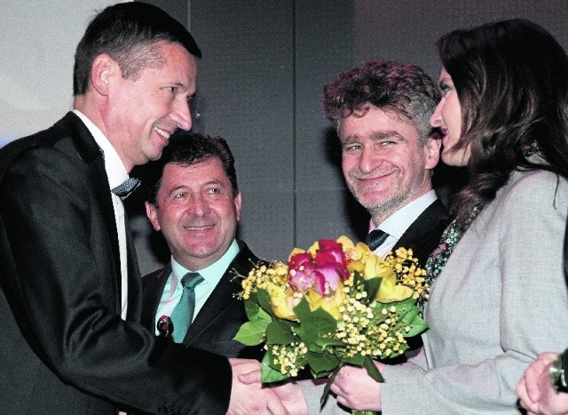 Mirosław Majchrowicz, dyrektor Cementowni Małogoszcz odebrał gratulacje od poseł Marzeny Okły-Drewnowicz.