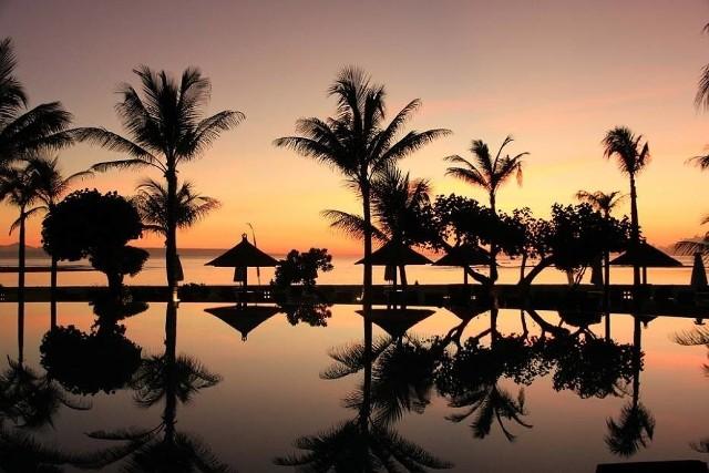 Ministerstwo Spraw Zagranicznych ostrzega przed podróżami do Indonezji w związku z zagrożeniem terrorystycznym. Pomimo zdecydowanych kroków podjętych przez władze indonezyjskie mających na celu walkę z terroryzmem, zjawisko to nadal stanowi poważane źródło zagrożenia. Możliwe są ataki na popularne wśród cudzoziemców hotele, restauracje, kluby nocne, targi i centra handlowe, w tym w Dżakarcie i na Bali. Poziom zagrożenia może wzrastać w okolicach indonezyjskich i międzynarodowych świąt. Środkowe Sulawesi, Maluku, Papua i Zachodnia Papua zagrożone są lokalnymi konfliktami.