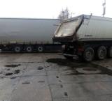 Uwaga kierowcy. Torf wysypał się z ciężarówki na drodze do Krosna Odrzańskiego