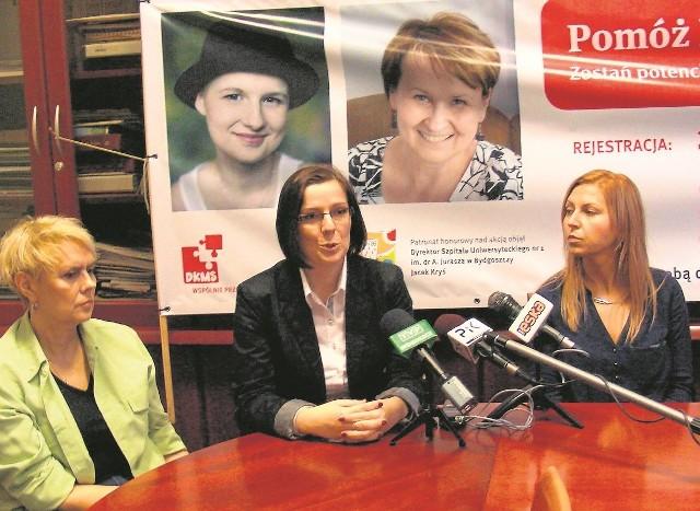 Do rejestracji zachęcają: Monika Krawczyk, przyjaciółka rodziny Kamili (w środku), Jadwiga Świtała, którą uratował szpik 22-letniego Christiana (po lewej)  i  Justyna Szczepanek, wolontariuszka DKMS.