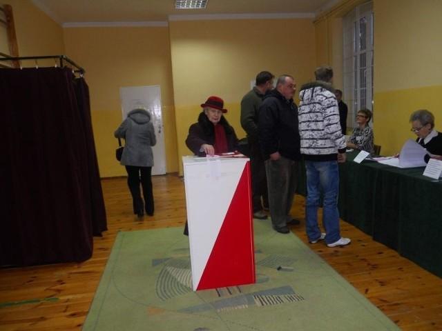 Głos na kandydata na burmistrza oddaje Helena Zyglarska