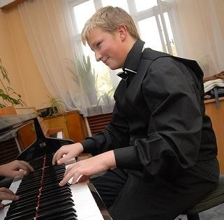 Mariusz Wasilewski gra program obowiązkowy w jednej z sal Szkoły Muzycznej I i II stopnia, organizatora konkurs. (fot. Aleksander Majdański)