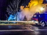 Lubomierz. Siedem straży pożarnych gasiło nocny pożar drewnianego budynku