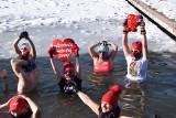 WOŚP w Częstochowie: Morsowanie w Parku Lisiniec w ramach 29. finału Orkiestry. 31 stycznia 2021 roku do wody weszła rekordowa liczba osób
