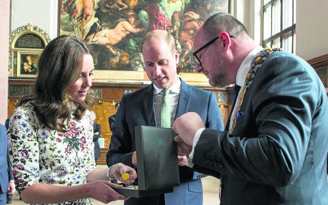 Na ogół prezenty otrzymywane przy takich okazjach wystawiane są na aukcjach charytatywnych, ale kto wie, może księżnej bursztynowy naszyjnik spodoba się tak, że zdecyduje się pokazać w nim publicznie?