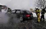 Łącko. Samochód spłonął. Szybka reakcja właściciela ocaliła zabudowania