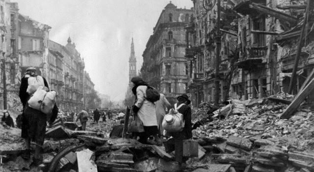 Po upadku powstania Niemcy wypędzili z Warszawy i jej bezpośrednich okolic ponad pół miliona osób. Część trafiła do obozów koncentracyjnych i na roboty przymusowe, pozostałych przesiedlono do zachodnich dystryktów Generalnego Gubernatorstwa