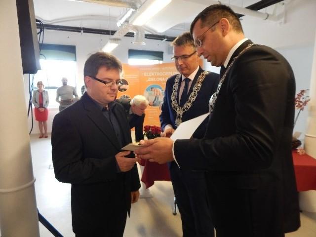 Bartosz Łusiak odbiera dyplom honorowego obywatela miasta przyznany pośmiertnie jego ojcu - red. Antoniemu Łusiakowi