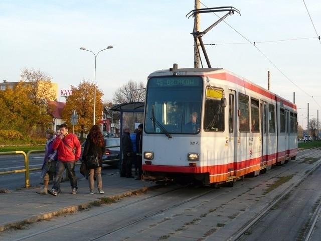 Tramwaje kursujące do Zgierza i Ozorkowa są obecnie utrapieniem dla pasażerów ze względu na częste awarie i spóźnienia.