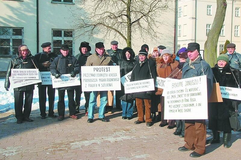 Kilkudziesięciu parafian z Szelkowa (pow. makowski) protestowało przed łomżyńską Kurią Diecezjalną