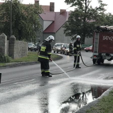 Jeszcze we wakacje strażacy z Kębłowa mieli pełne ręce roboty przy sprzątaniu po kolizjach w Starym Widzimiu. Teraz drogowcy poprawili pobocza, już nie ma kolizji i strażaków nie widać.