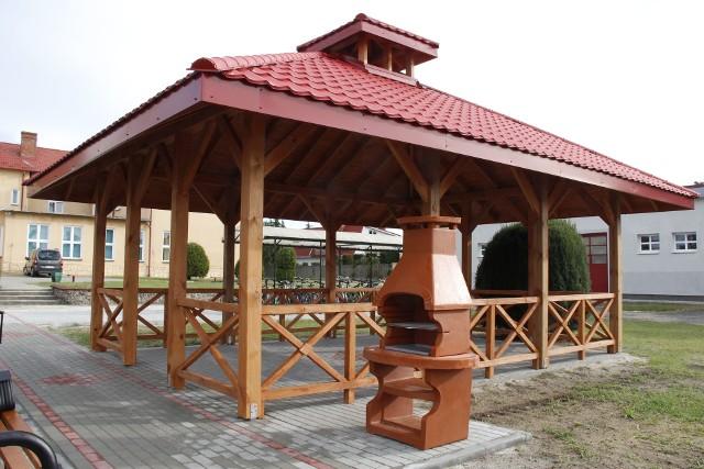 Zadaszone miejsce aktywności zostało wyposażone wgrill ogrodowy, ławki, kosz na śmieci