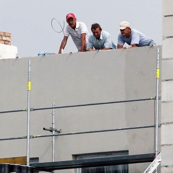 Robotnicy na budowie siedziby Urzędu Marszałkowskiego. Jak widać, są bez kasków.