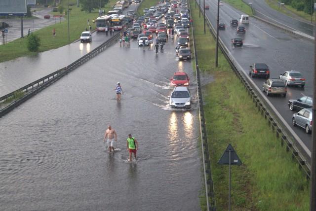 Zalana S 86 w Sosnowcu po burzy w SosnowcuBurza na Śląsku : już grzmi i pada deszcz.