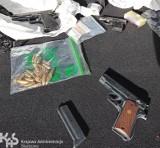 Na stacji benzynowej niedaleko Chełmży skonfiskowano nielegalną broń, narkotyki i podróbki odzieży. Jedna osoba aresztowana